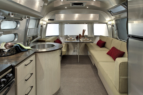 Caravanes airstream le luxe au look vintage for L interieur trailer