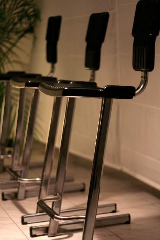 chaises de bar design par les designer andries van onck hiroko. Black Bedroom Furniture Sets. Home Design Ideas