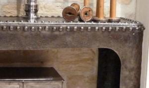 Console en acier rivetée design industriel