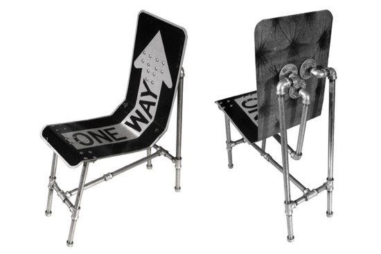 Chaises fabriquées à base de panneaux de signalisation recyclés