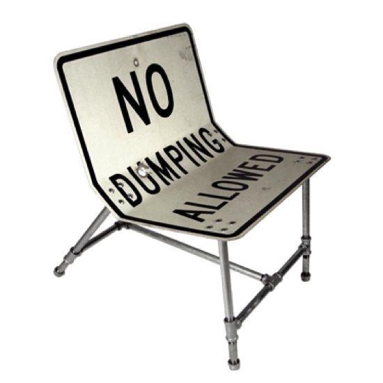 Chaise fabriquée à base de panneaux de signalisation recyclés
