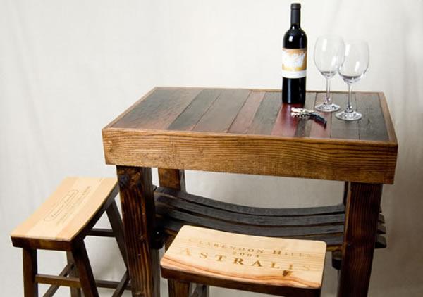 petite table fabriquée à base de fût de chêne ou de barrique
