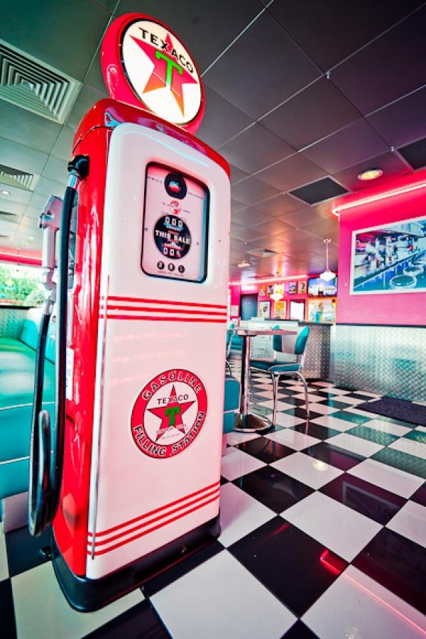 Ambiance Happy Days au restaurant vintage Tommy\'s Diner Cafe