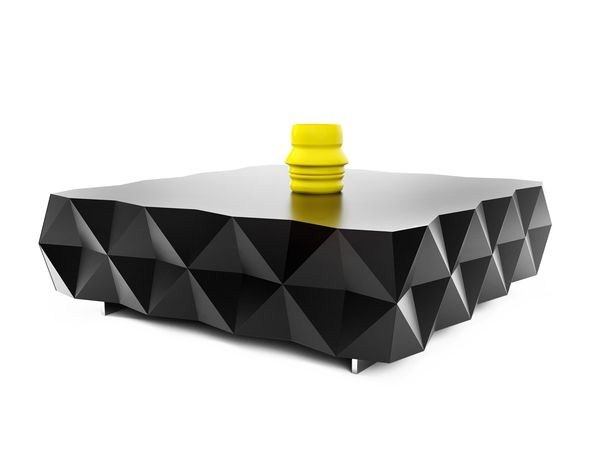 Table basse Rocky noire par Joel Escalona