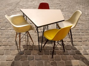 Table T1 de Willy Van Der Meeren et chaises Charles et Ray Eames