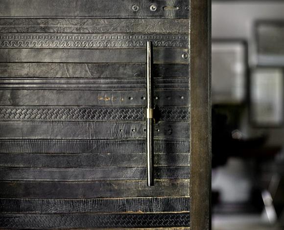 Revêtement de porte en ceintures de cuir