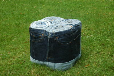 pour et tabouret r alis s partir de jeans usag s recycl s. Black Bedroom Furniture Sets. Home Design Ideas