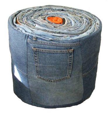Pouf réalisé à partir de jeans et autres pantalons recyclés