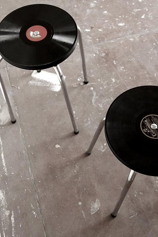 Tabouret vintage fabriqué à partir de disques vinyles