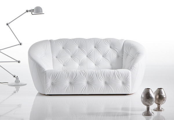 Canapé design blanc style Chesterfield