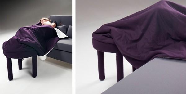 Le fauteuil transformé en couverture et repose-pied
