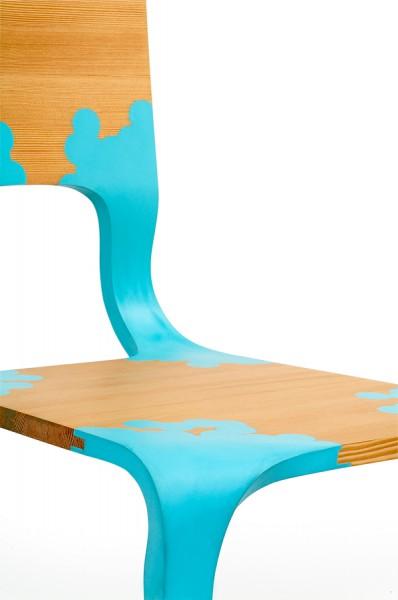 Détail de la chaise en bois et plastique