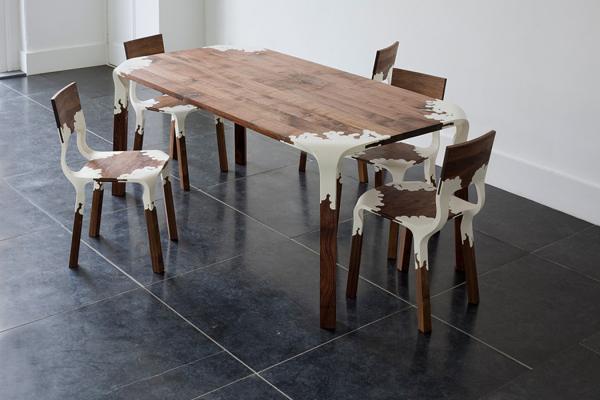 Table et chaises en bois et plastique