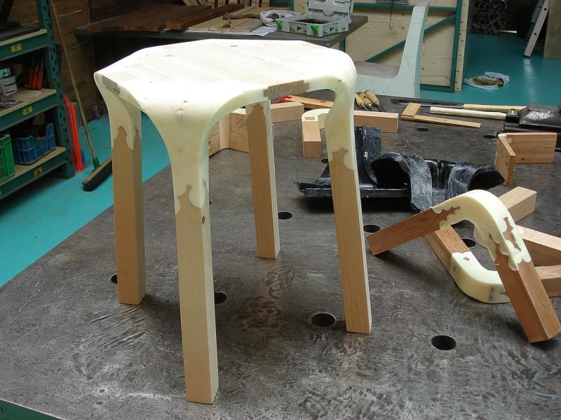 travail sur un tabouret en bois et plastique