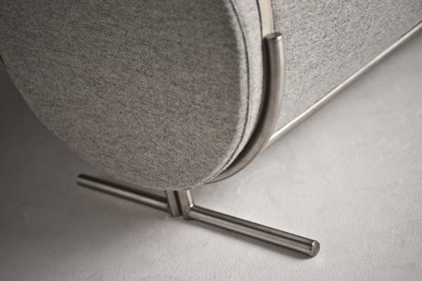 Canapé Slashed par le designer Charlotte Kingsnorth - détails pieds