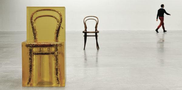 Chaise prise dans du polymère