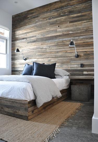 mur en planches récupérées